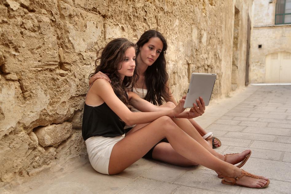 Auf dem Smartphone im Internet surfen – innerhalb der EU ist das bald noch günstiger.